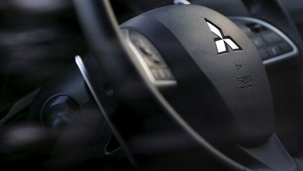 Логотип компании Mitsubishi на рулевом колесе. Архивное фото