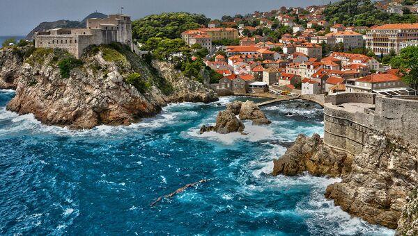 Вид на бухту и Крепость Ловриенац в городе Дубровник