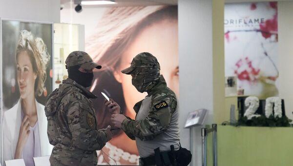 Сотрудники ФСБ в московском офисе компании Oriflame
