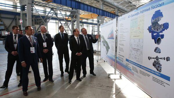 Председатель правительства РФ Дмитрий Медведев во время посещения предприятия АО Транснефть Нефтяные Насосы в Челябинске