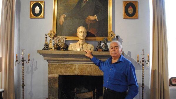 Скульптор Виктор Контрерас, духовный сын князя Юсупова, рядом с потретом отца