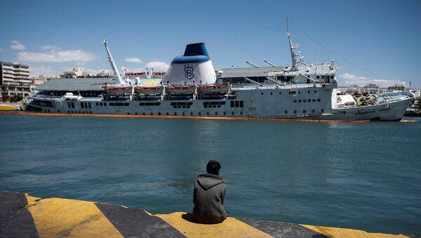 Пассажирское судно Паная Тину тонет в греческом порту Пирей. 26 апреля 2016