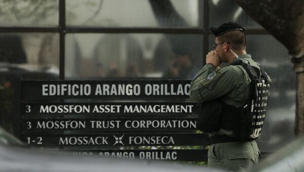 Сотрудник полиции у офиса компании Mossack Fonseca в Панаме. Архивное фото
