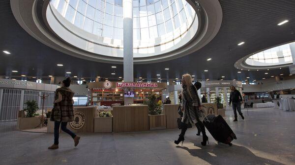 Посетители на открытии реконструированного терминала аэропорта Пулково-1 в Санкт-Петербурге. Архивное фото