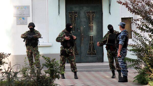 Сотрудники правоохранительных органов проводят следственные действия в центральном офисе крымско-татарского меджлиса в Симферополе. Архивное фото