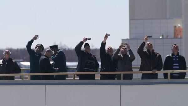 Зрители наблюдают за стартом ракеты-носителя Союз-2.1а