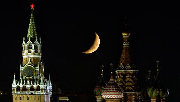 Луна над Московским Кремлем