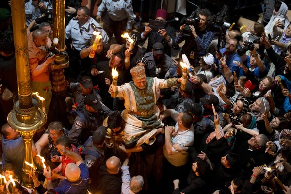 Паломники на церемонии схождения Благодатного Огня в церкви Гроба Господня в Иерусалиме. 30 апреля 2016