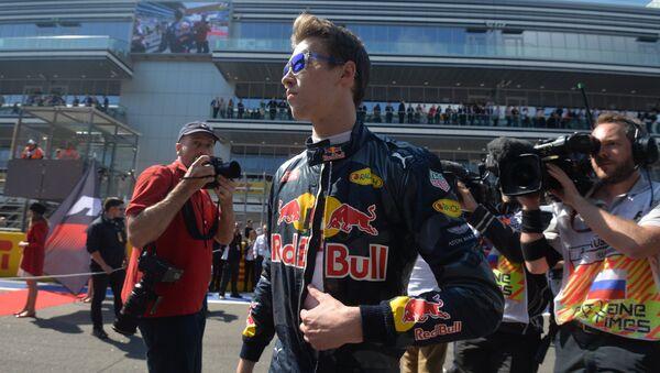 Гонщик команды Ред Булл Даниил Квят перед началом прогревочного круга перед стартом гонки на российском этапе чемпионата мира по кольцевым автогонкам в классе Формула-1. Архивное фото