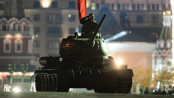 Танк Т-34-85 на репетиции военного парада. Архив