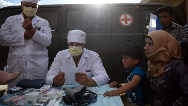 Российские врачи во время раздачи российской гуманитарной помощи. Архивное фото