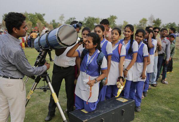 Наблюдение за прохождением Меркурия по диску Солнца 9 мая 2016 года в Лакхнау, Индия