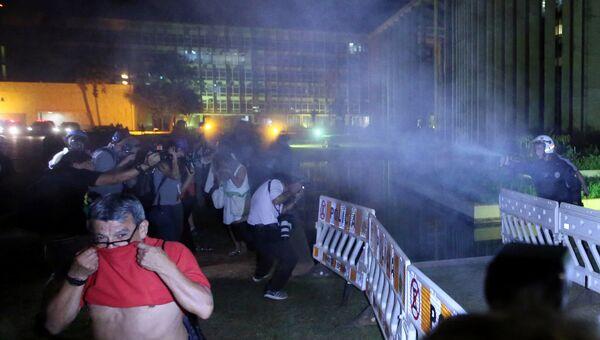 Полиция применила перечный газ для разгона сторонников Дилмы Роуссефф в Бразилии