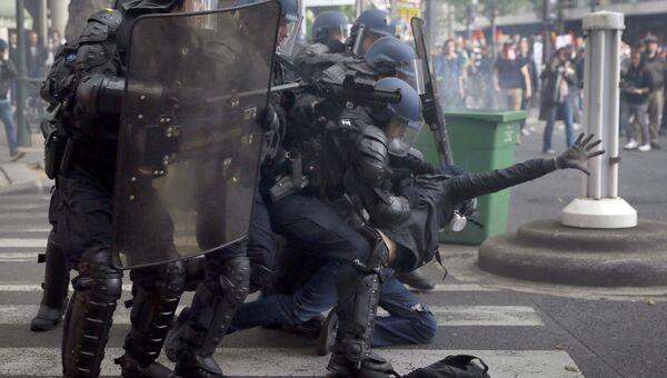 Участники столкновений между полицией и протестующими против реформы французского трудового права в Париже