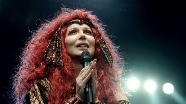 Американская поп-исполнительница Шер во время концерта, 1999 год
