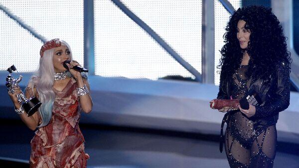 Американские певицы Леди Гага и Шер во время премии MTV Video Music Awards. 2010 год