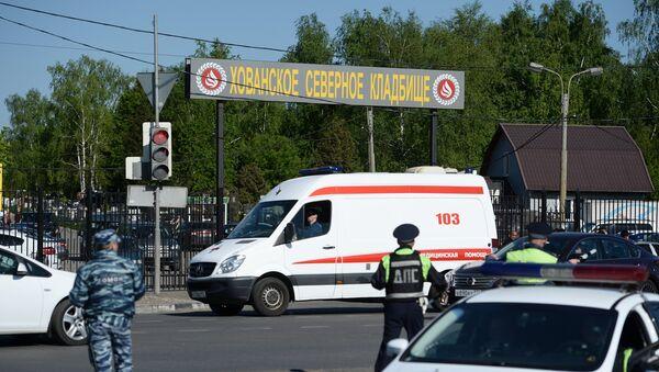 Сотрудники полиции и машина скорой помощи у Хованского кладбища в Москве, где произошла массовая драка со стрельбой