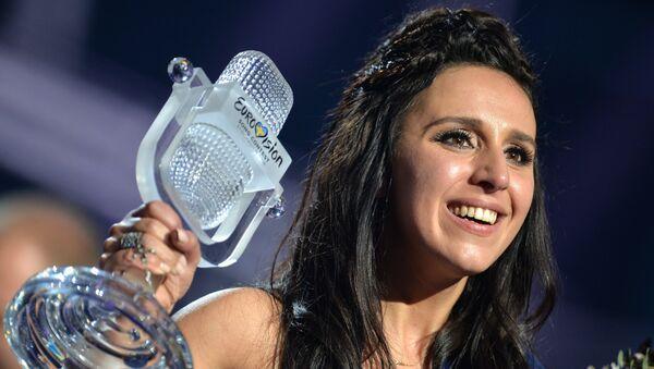 Джамала (Украина), победившая в финале международного конкурса Евровидение-2016, на церемонии награждения. Архивное фото