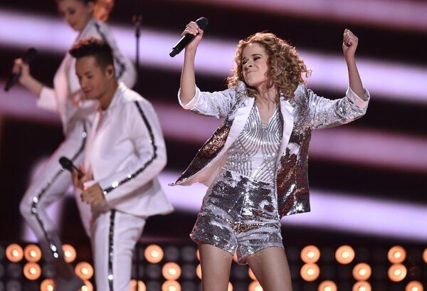 Лаура Тесоро (Бельгия) во время финала 61-го международного конкурса песни Евровидение 2016 в Стокгольме