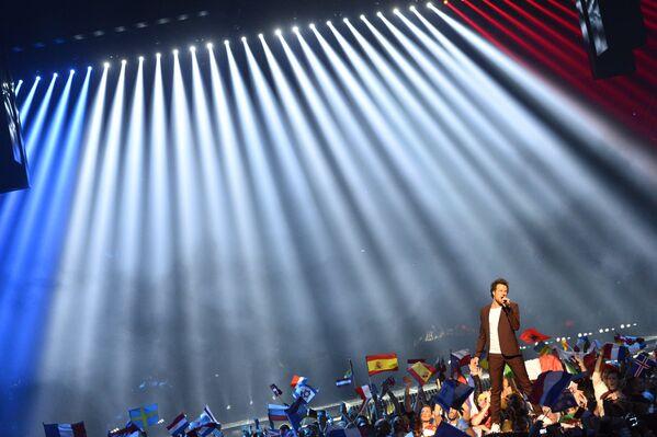 Участник из франции во время финала 61-го международного конкурса песни Евровидение - 2016 в Стокгольме