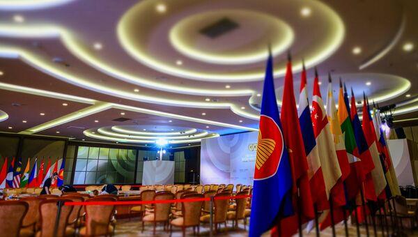 Флаги в конгресс-центре в Сочи, в котором пройдут мероприятия саммита Россия — АСЕАН