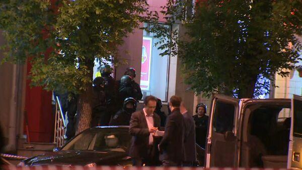 Спецназ ликвидировал налетчика на банк в Москве. Съемка с места ЧП