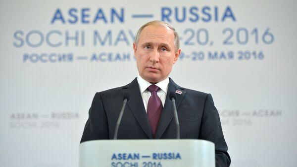 Президент Российской Федерации Владимир Путин выступает на встрече глав делегаций-участников саммита Россия - АСЕАН с представителями Делового форума Россия - АСЕАН
