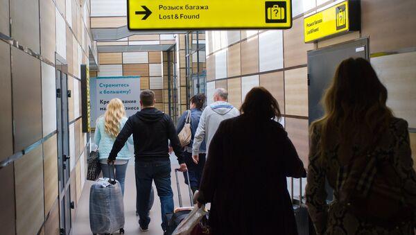 Пассажиры в зале прилета международного аэропорта Симферополь. Архивное фото
