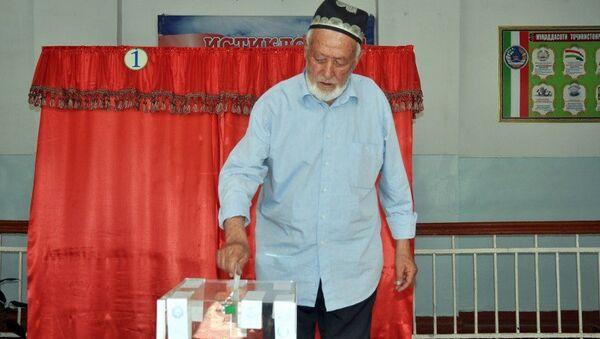 Житель Таджикистана голосует на референдуме, 22 мая 2015
