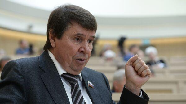 Представитель от законодательного органа государственной власти Республики Крым Сергей Цеков перед началом заседания Совета Федерации РФ