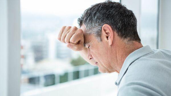 Мужчина, переживающий стресс. Архивное фото