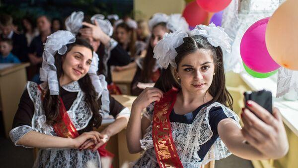 Выпускники во время праздника Последний звонок в гимназии №1 им. А.Лупова в городе Тара Омской области