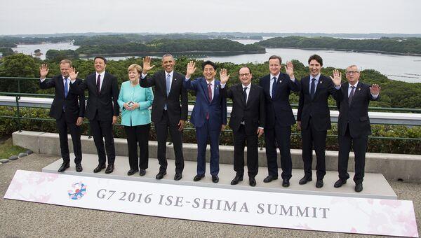 Лидеры стран-участниц саммита G7 во время прогулки по территории храма Исэ-Дзингу в Японии. 26 мая 2016 года