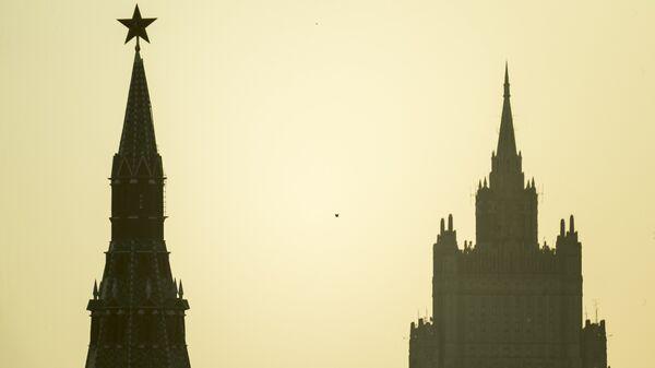 Водовзводная башня Московского Кремля и высотное здание министерства иностранных дел РФ. Архивное фото