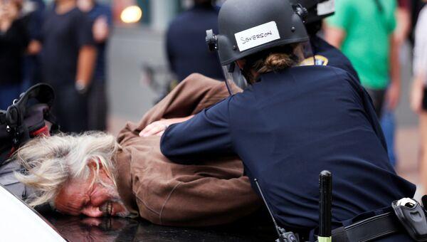 Пожилого мужчину повязали полицейские за выступление против кандидата в президенты США Дональда Трампа в Сан-Диего