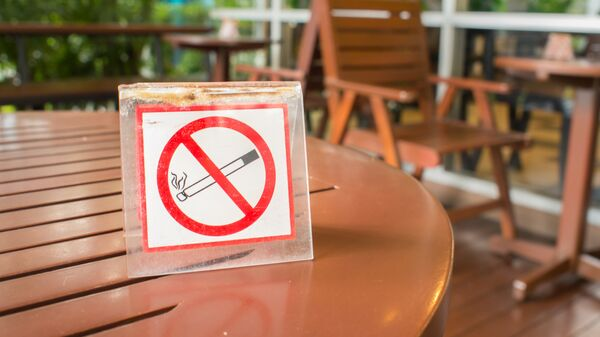 Знак Курение запрещено на столике в кафе. Архивное фото