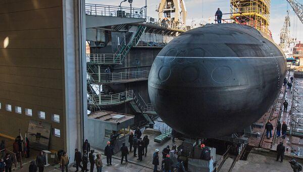 Спуск на воду подводной лодки Великий Новгород проекта 636. Архивное фото