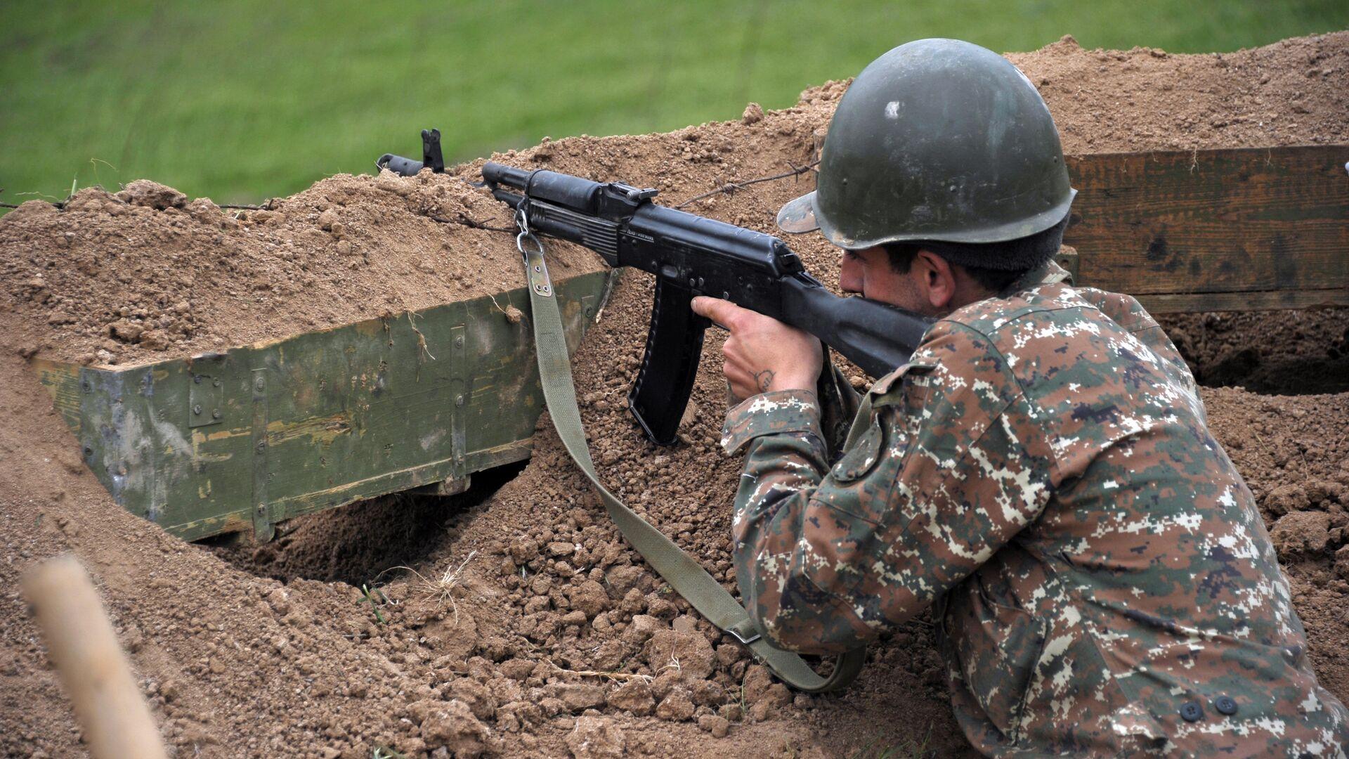 Военнослужащий армии обороны Нагорного Карабаха на первой линии обороны. Апрель 2016 года  - РИА Новости, 1920, 27.09.2020