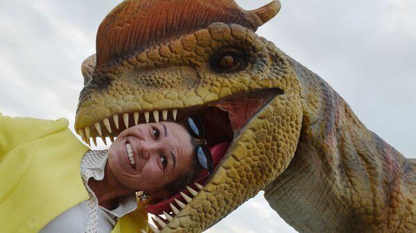 Фигура дилофозавра в парке развлечений Юркин Парк Трэвел в Казани
