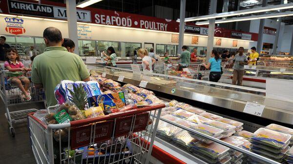 Покупатели в супермаркете в Калифорнии, США. Архивное фото
