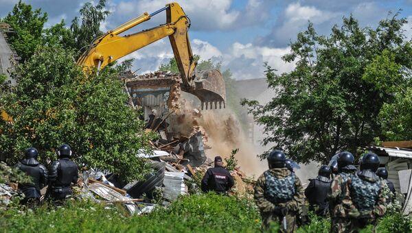 Сотрудники правоохранительных органов в поселке Плеханово в Тульской области, где происходит снос незаконно установленных построек. Архивное фото