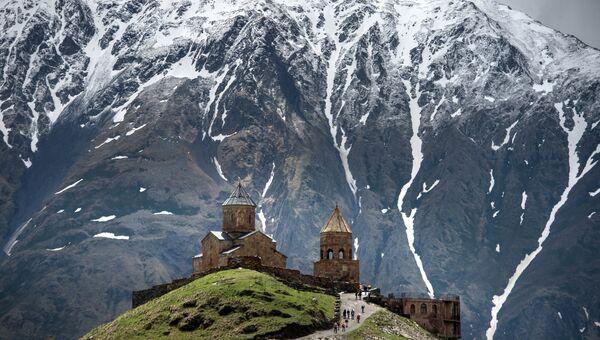 Троицкая церковь в поселке Гергети на склоне горы Казбек в Грузии. Архивное фото