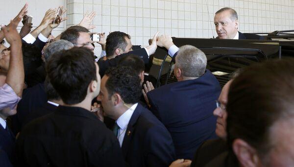 Президент Турции Тайип Эрдоган покидает похороны боксера Мохаммеда Али в Луисвилле, США. 9 июня 2016