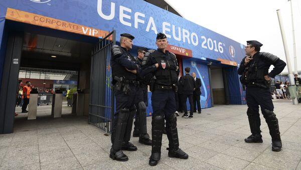 Сотрудники полиции перед началом матча группового этапа чемпионата Европы по футболу - 2016