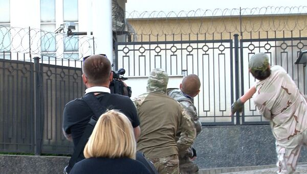 Активисты Правого сектора забросали яйцами здание консульства РФ в Одессе