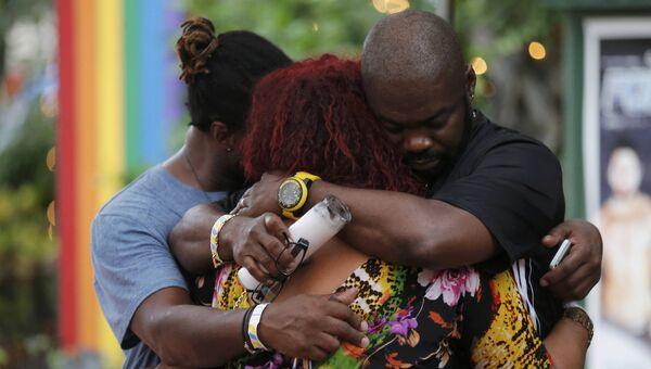 Родственники и друзья погибших после стрельбы в гей-клубе Орландо поддерживают друг друга