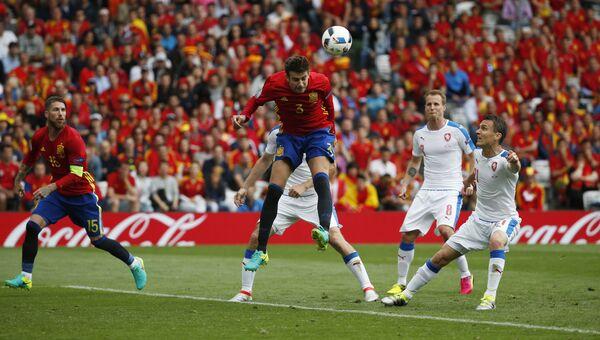 Жерар Пике забивает гол в ворота сборной Чехии, 13 июня 2016