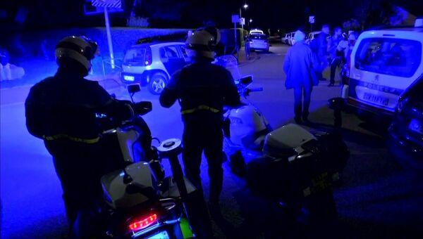 Сотрудники правоохранительных органов Франции на месте убийства полицейского под Парижем. 14 июня 2016