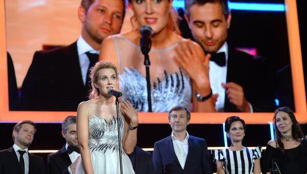 Режиссер Оксана Карас (на первом плане), получившая Гран-при за фильм Хороший мальчик, на церемонии закрытия 27-го Открытого российского кинофестиваля Кинотавр