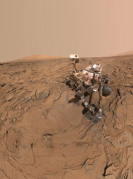 Сэлфи Curiosity, сделанный рядом с камнем Окорузо
